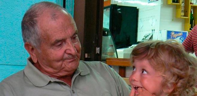 Los abuelos españoles cuidan a sus nietos 6 horas diarias