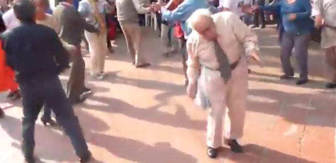 El baile de un anciano revoluciona Internet