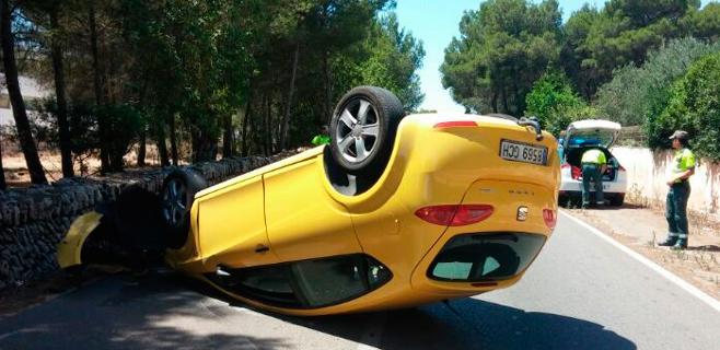 Coche volcado en la carretera a Santa Margalida