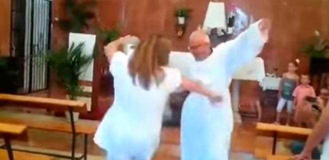 Un cura de Málaga baila sevillanas durante las misas