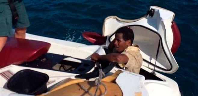 También lo intentan ocultos en una moto acuática