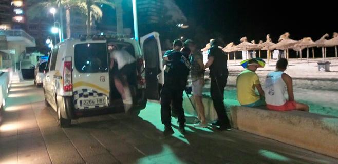 Detenidos cinco turistas por destrozar las sombrillas de la playa de Magaluf