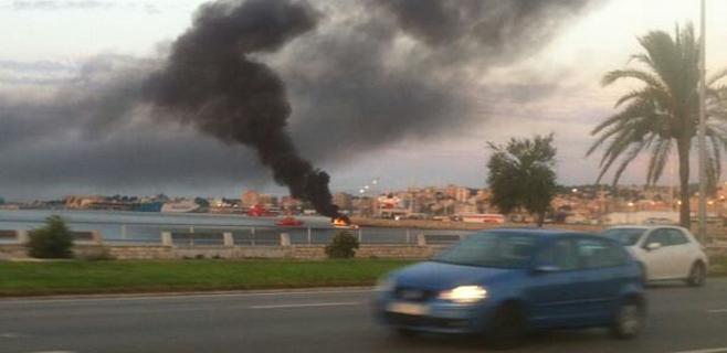 Intoxicada por humo una mujer por el incendio de una lancha en Palma