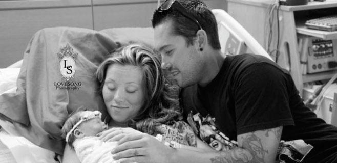 Una pareja se fotografía con su bebé fallecido