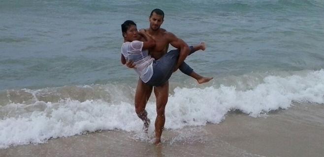 Un policía local salva a una masajista ilegal que huyó al mar sin saber nadar