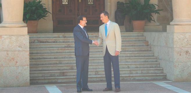 Felipe VI recibe por primera vez a Rajoy en Marivent