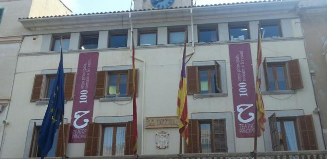El ayuntamiento se viste del centenario del Teatre Principal