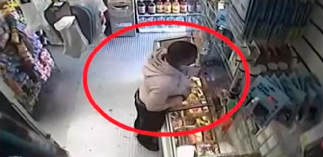 Usa un plátano como pistola para atracar una tienda