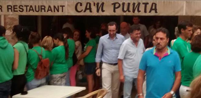 Bauzá visita a empresarios de Alaró y se encuentra con los camisetas verdes
