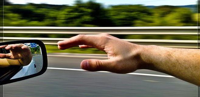 Pierde un brazo que llevaba fuera de la ventanilla del coche
