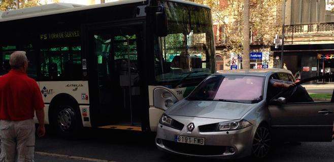 Un bus de la EMT embiste a un coche en Palma