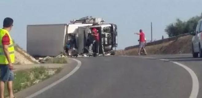 Un camión volcado provoca retenciones en la MA-3301