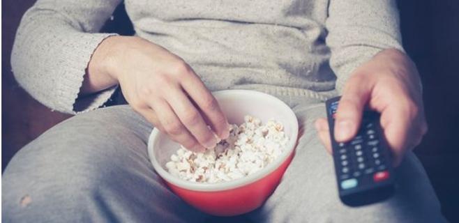 Las películas de acción nos hacen comer más