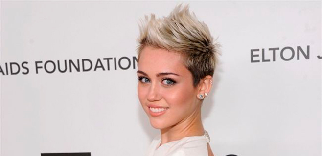 Miley Cyrus tatúa a sus fans