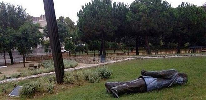 Derribada una estatua de Jordi Pujol