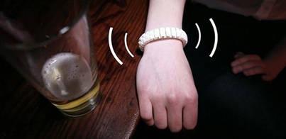 Una pulsera avisa a tus amigos si estás muy borracho