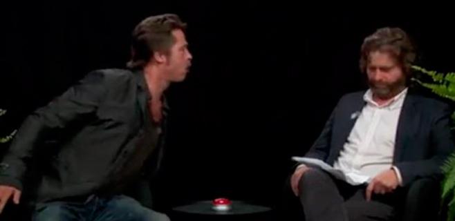 Brad Pitt escupe un chicle a la cara de su entrevistador