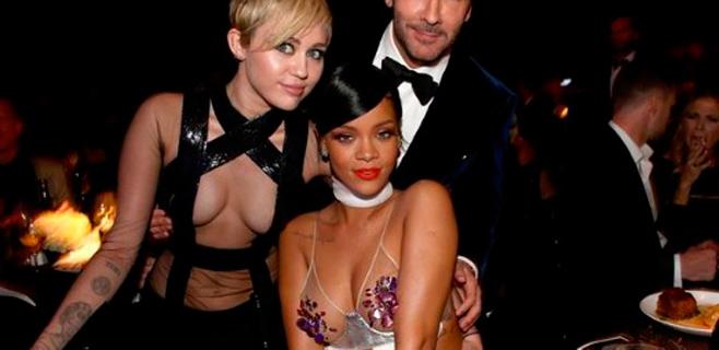 Escotazo de Miley Cyrus en la 'amfAR Inspiration Gala'