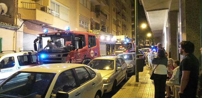 Desalojado todo un edificio de Vall d'Argent por el incendio de una vivienda