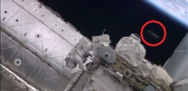 Un OVNI aparece en medio de un paseo espacial en la ISS