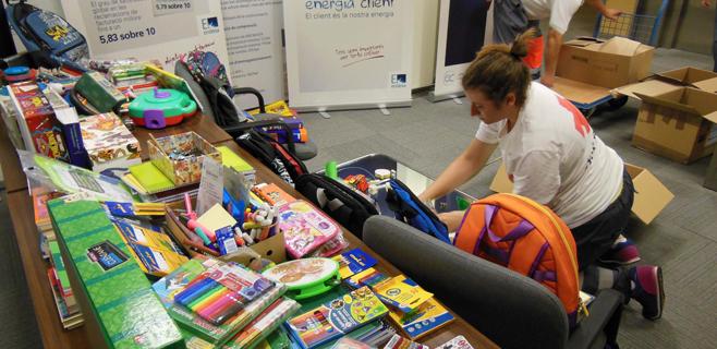 El personal de Endesa dona material escolar a familias sin recursos