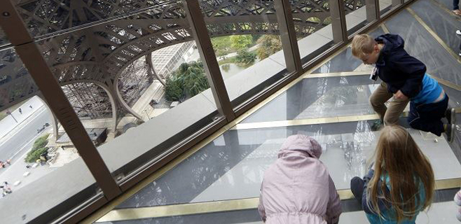 La Torre Eiffel estrena suelo de cristal