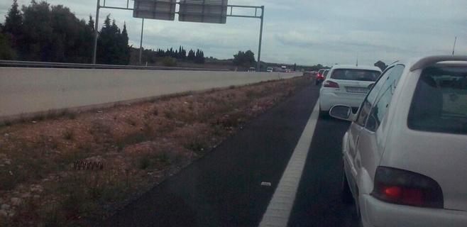 Un coche vuelca y se incendia en la autopista de Inca causando retenciones