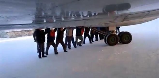 Los pasajeros de un avión lo tienen que empujar para despegar