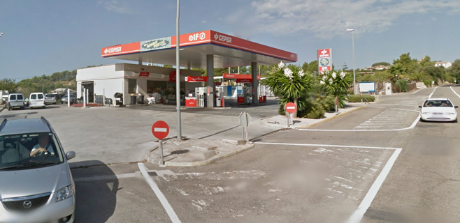 Una conductora ebria arranca de cuajo un surtidor de la gasolinera de Calvià