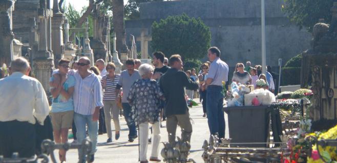 Lleno en los cementerios por Tots Sants