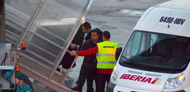 Urdangarin llega a su vuelo en coche de Iberia y policía