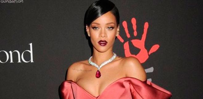 El alcoholismo del padre humilla a Rihanna en una cena