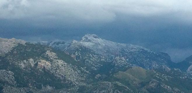 Primera nevada en la Serra y la cota de nieve baja ahora a los 800 metros