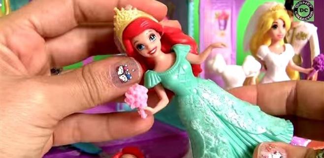 Se hace millonaria abriendo juguetes y subiéndolo a Youtube