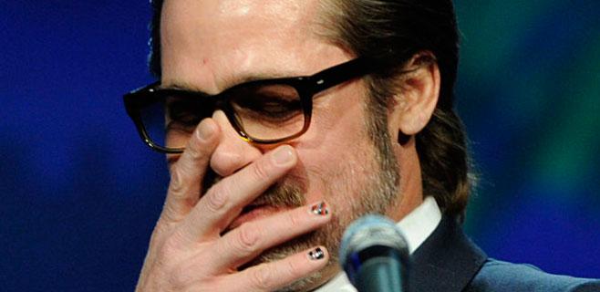 A Brad Pitt le da por el nail art y el canto