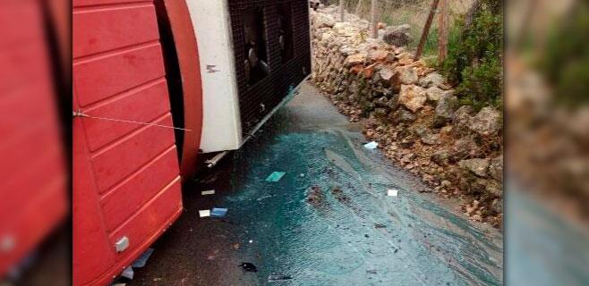 Un camión vuelca y derrama 4000 litros de gasoil en el Camí Son Fiol de Alaró