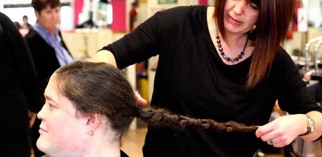 Un 'heavy' pisa una peluquería por primera vez en 35 años