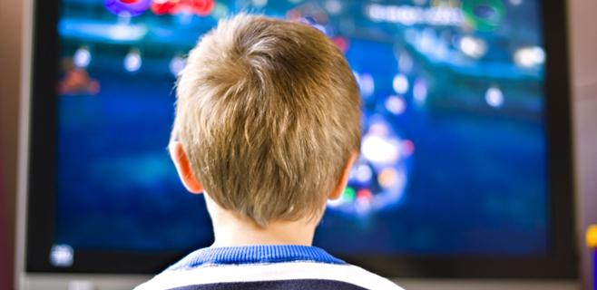 Los niños ven la tele más tiempo del recomendado