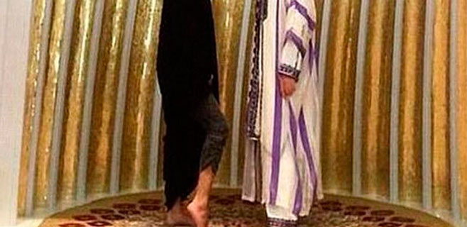 Selena Gómez desata la polémica al enseñar tobillo en una mezquita