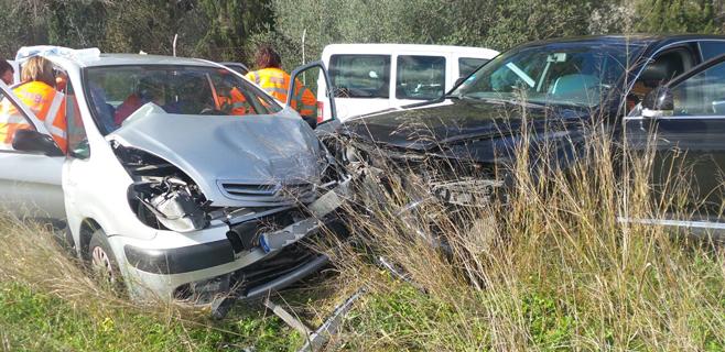 Un herido grave y cuatro leves en un accidente entre dos coches en Marratxí