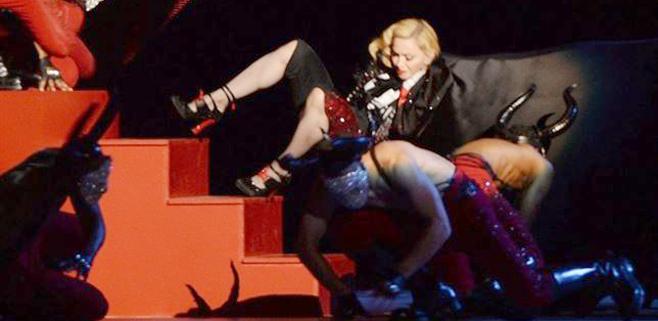 Madonna se cae en plena actuación