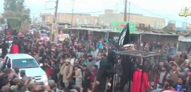 Estado Islámico hace desfilar en jaulas a 21 milicianos kurdos