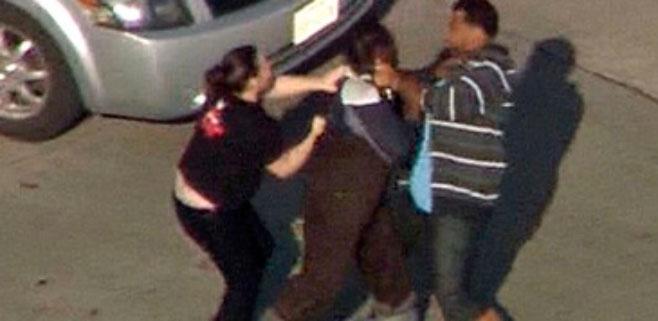 Un ladrón choca contra un coche y es pateado por los conductores