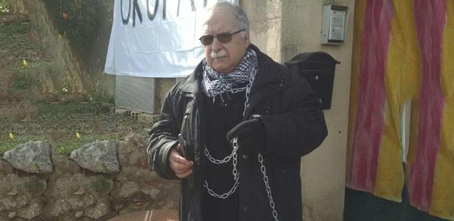 Santandreu se encadena a sa Casa Llarga y la declara