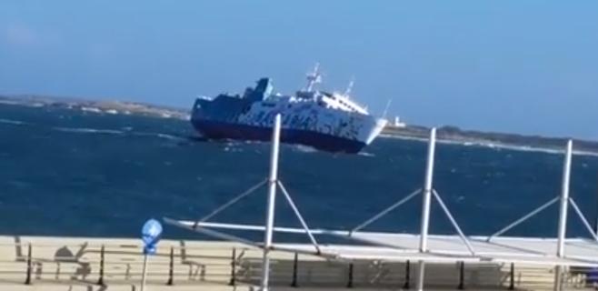 El viento provoca una espectacular entrada del ferry en Formentera