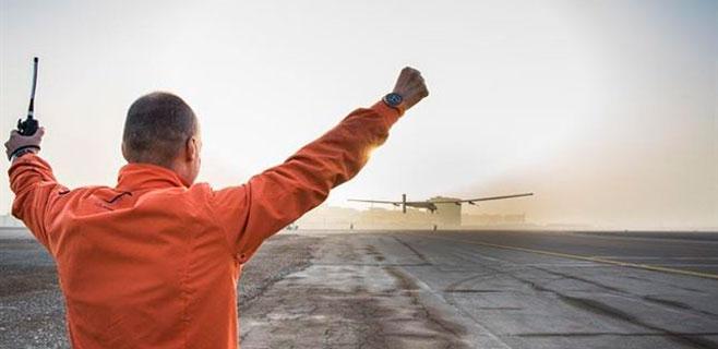 Un avión solar comienza a dar la vuelta al mundo