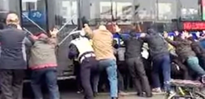 20 personas levantan un bus de 13 toneladas en un rescate