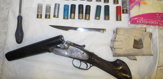 Detenido un hombre con una escopeta de caza modificada en la maleta