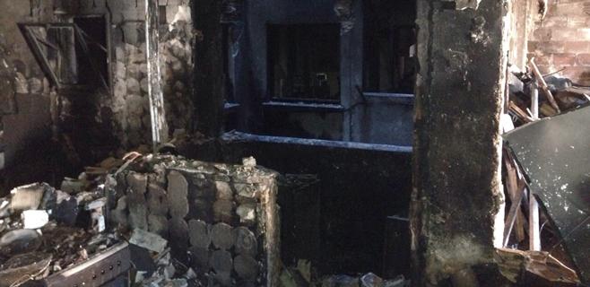 Los técnicos aplazan sin fecha la vuelta de los vecinos de la finca incendiada