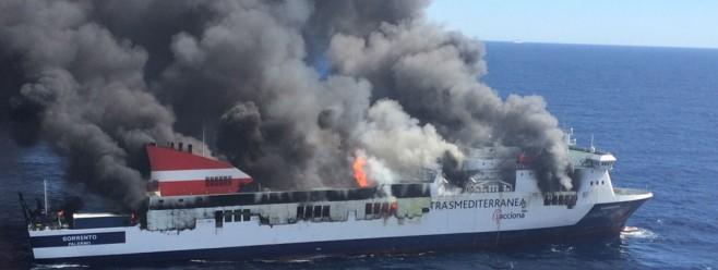 El incendio del Sorrento deja en tierra a 900 erasmus que viajaban a Eivissa